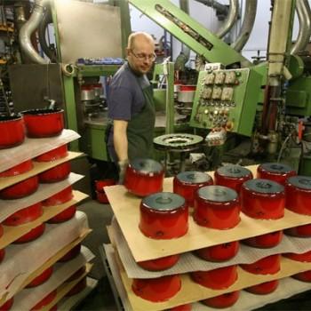 Silit Energy Red kjeler på pall sammen med produksjonsarbeider. smallsqr
